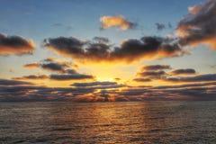 Por do sol na praia pacífica Fotografia de Stock