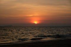 Por do sol na praia, Tail?ndia fotos de stock royalty free