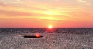 Por do sol na praia timelapse de Letónia, mar Báltico filme
