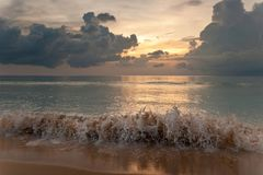 Por do sol na praia tropical Imagens de Stock