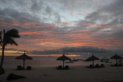 Por do sol na praia tropical fotos de stock