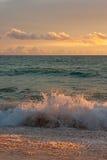 Por do sol na praia tropical Fotografia de Stock Royalty Free