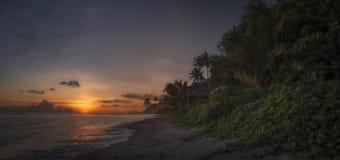 Por do sol na praia tropical foto de stock royalty free