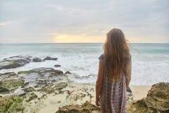 Por do sol na praia tropical Praia do mundo da fantasia foto de stock royalty free