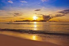 Por do sol na praia tropical - Seychelles Imagens de Stock