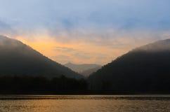 Por do sol na represa imagens de stock