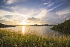 Por do sol na represa de Kaeng Krachan em Tailândia Fotografia de Stock