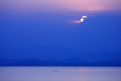 Por do sol na represa de Kraseaw, Tailândia Foto de Stock Royalty Free