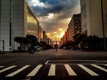 Por do sol na rua de Taipei imagem de stock