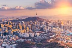 Por do sol na skyline da cidade de Seoul, Coreia do Sul fotografia de stock