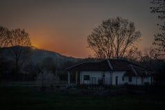 Por do sol na vila imagem de stock