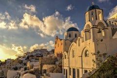 Por do sol na vila de Oia em Santorini, Grécia Fotos de Stock Royalty Free