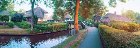 Por do sol na vila holandesa velha, Giethoorn imagem de stock royalty free
