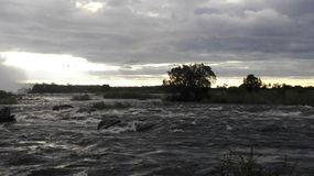 Por do sol na Zâmbia da parte dianteira da água de Zambezi River Fotos de Stock