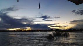 Por do sol na Zâmbia da parte dianteira da água de Zambezi River Imagem de Stock