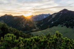 Por do sol nas montanhas fotos de stock