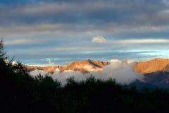 Por do sol nas montanhas de Apennine, Itália do inverno Imagem de Stock