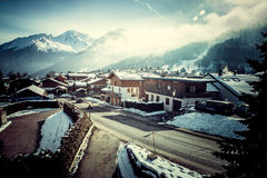 Por do sol nas montanhas do inverno e no chalé fantástico Fotos de Stock