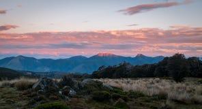 Por do sol nas montanhas, Nelson Area, Nova Zelândia fotos de stock royalty free