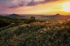 Por do sol nas montanhas vulcânicas antigas de Boêmia central Fotos de Stock