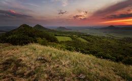 Por do sol nas montanhas vulcânicas antigas de Boêmia central Foto de Stock Royalty Free
