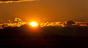 Por do sol nas nuvens nas montanhas Imagens de Stock
