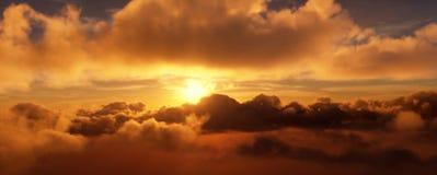 Por do sol nas nuvens O disco brilhante do sol é escondido em parte pelas nuvens rendição 3d ilustração stock