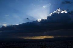 Por do sol/nascer do sol com nuvens, raias claras Foto de Stock Royalty Free