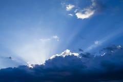 Por do sol/nascer do sol com nuvens, raias claras Imagens de Stock Royalty Free
