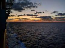 Por do sol do navio no oceano imagem de stock royalty free