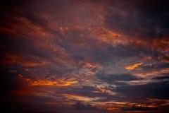 Por do sol nebuloso bonito no oceano imagens de stock royalty free