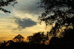 Por do sol nebuloso de Carolinas foto de stock
