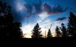 Por do sol nebuloso de Colorado imagem de stock