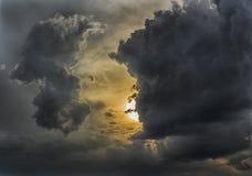 Por do sol nebuloso dramático Imagens de Stock