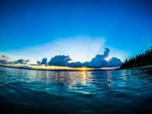 Por do sol nebuloso na praia da ilha de Cagbalete imagens de stock royalty free