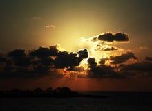 Por do sol nebuloso sobre o mar Fotografia de Stock Royalty Free
