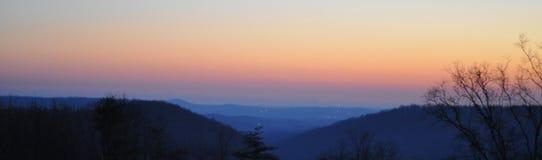 Por do sol nevoento da montanha Fotos de Stock