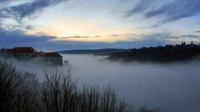 Por do sol nevoento do inverno na cidade histórica de Znojmo, República Checa foto de stock