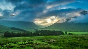 Por do sol nevoento sobre as montanhas de Glencoe fotografia de stock royalty free