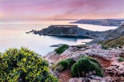 """Por do sol no †""""Malta da baía de Gnejna imagens de stock royalty free"""