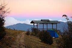 Por do sol no acampamento, Thimpu, Butão imagem de stock royalty free