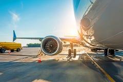 Por do sol no aeroporto Reabastecimento do avião antes do voo, combustível da manutenção de aviões no aeroporto fotos de stock