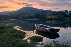 Por do sol no barco velho fotografia de stock