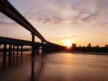 Por do sol no beira-rio Fotografia de Stock Royalty Free