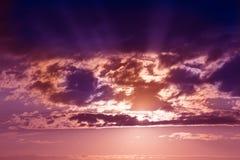 Por do sol no céu nebuloso vermelho Fotos de Stock
