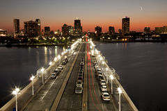Por do sol no cais de St Petersburg com skyline Imagem de Stock