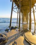 Por do sol no cais do perto do oceano em Califórnia do sul Imagens de Stock