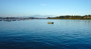 Por do sol no cais do porto das monges auxiliares da ilha, em Brittany, Morbihan fotos de stock