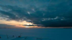 Por do sol no campo de neve do inverno Vídeo do lapso de tempo vídeos de arquivo