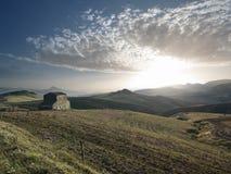 Por do sol no campo e no Cloudscape Imagens de Stock Royalty Free